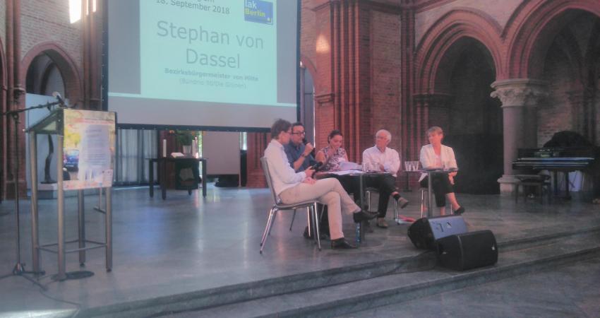 unter Moderation von Anja Nehls diskutieren, Stephan von  Dassel, Petra Schwaiger, Karl-Heinz Ruder, und Elke Breitenbach (von  links nach rechts)